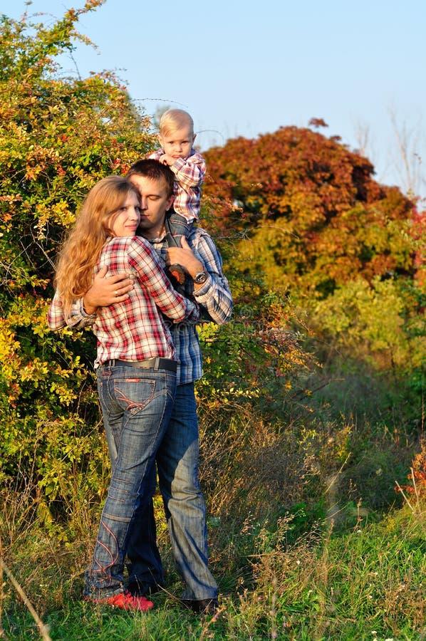 Famille dans le bois d'automne image libre de droits