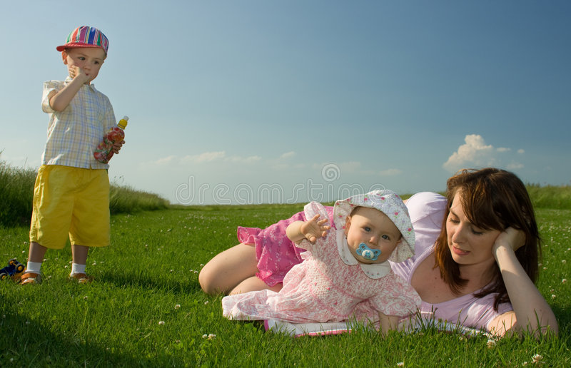 Famille dans le pré photos stock