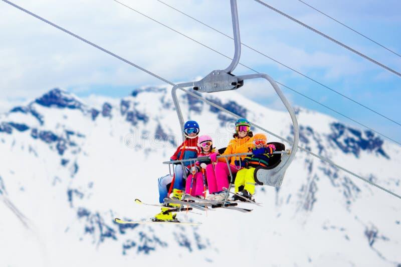 Famille dans le remonte-pente en montagnes Ski avec des enfants photos stock