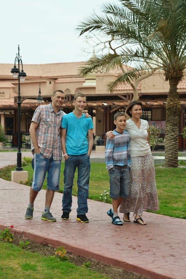Famille dans le ressort tropical photographie stock