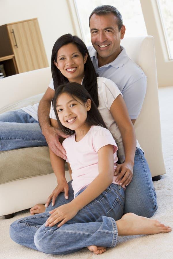 Famille dans le sourire de salle de séjour image stock