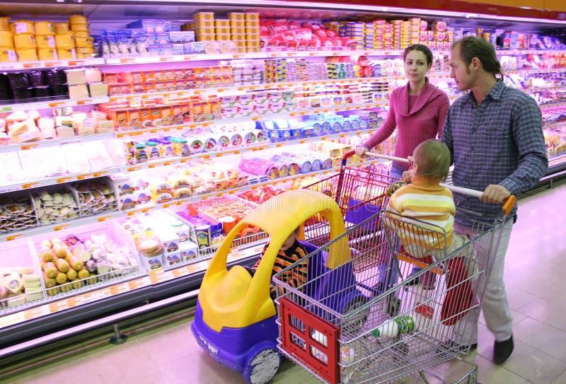 Famille dans le système de nourriture images stock