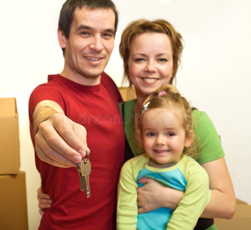 Famille dans leur maison neuve - afficher la clé photographie stock libre de droits