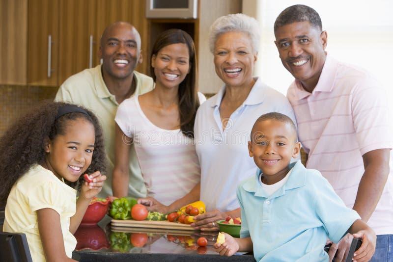Famille de 3 rétablissements préparant un repas image stock