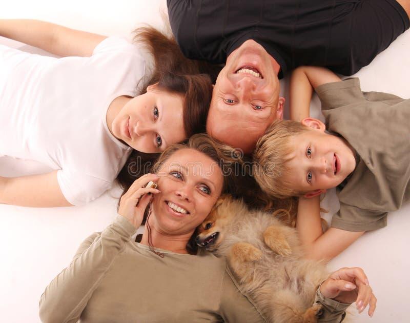 Famille de bonheur avec un crabot photo libre de droits