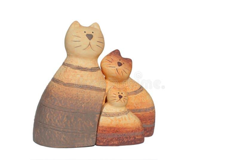 Famille de chat en céramique sur le blanc photographie stock