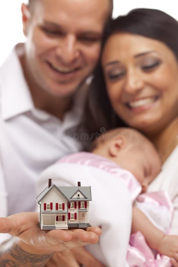 Famille de chemin mélangé avec la Chambre de petit modèle photographie stock libre de droits