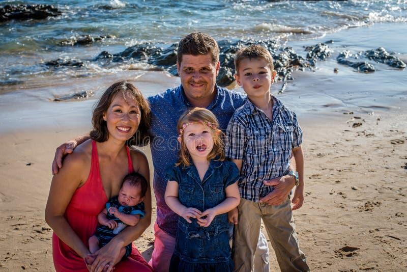 Famille de cinq à la plage photos libres de droits