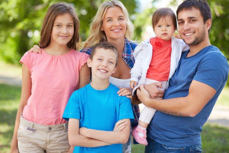 Famille de cinq image stock