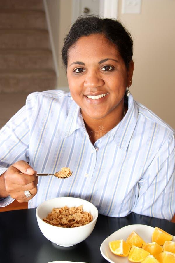 Famille de femme mangeant le déjeuner photographie stock libre de droits