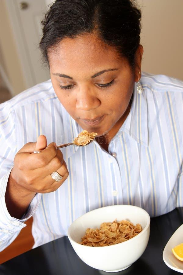 Famille de femme mangeant le déjeuner photo libre de droits