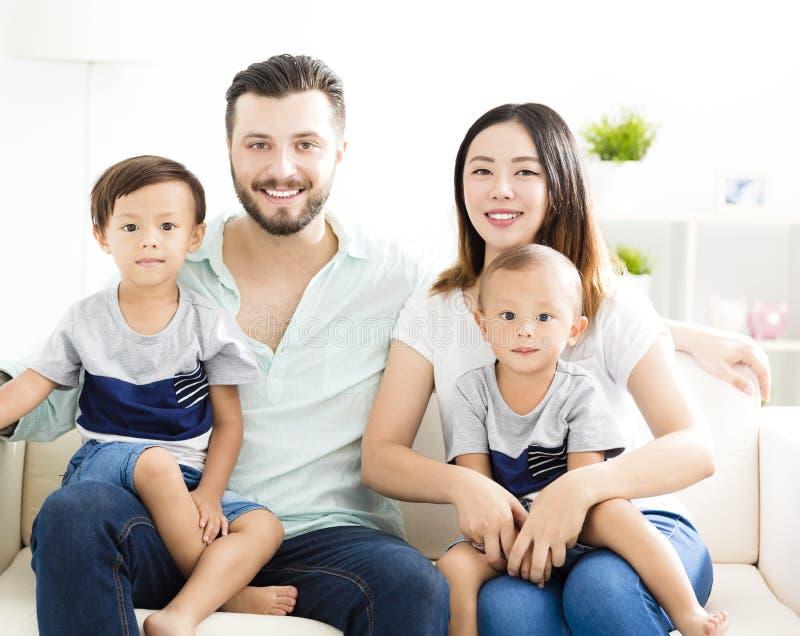 famille de métis dans le salon image stock