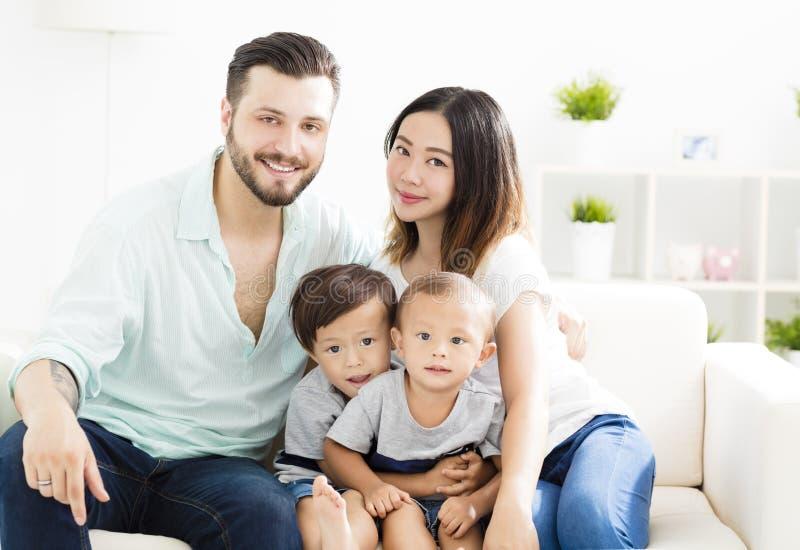 famille de métis dans le salon photos stock
