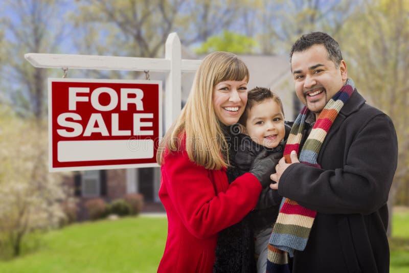 Famille de métis, maison et pour le signe de Real Estate de vente photo libre de droits