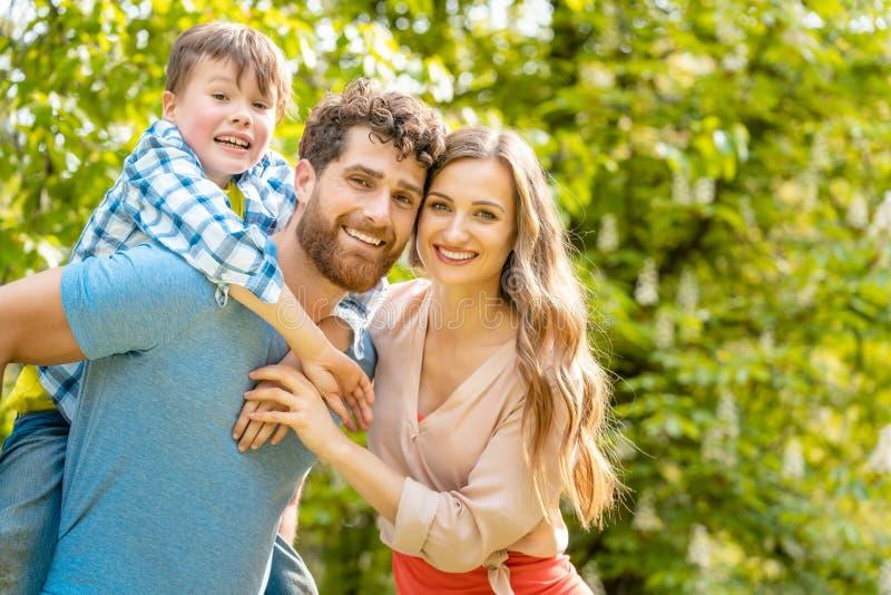 Famille de m?re, de p?re et de fils dans l'humeur espi?gle photo libre de droits