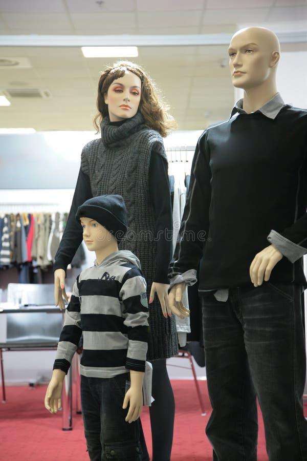 Famille de mannequin dans la boutique image libre de droits