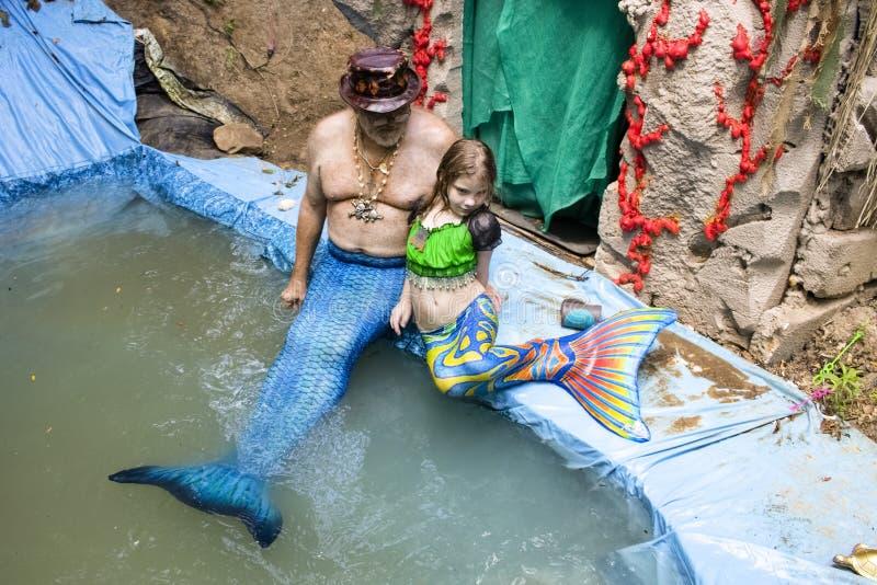 Famille de Mer - un homme et une petite fille habillés comme merpeople dans la piscine à la Renaissance Faire dans le Muskogee l' photos stock