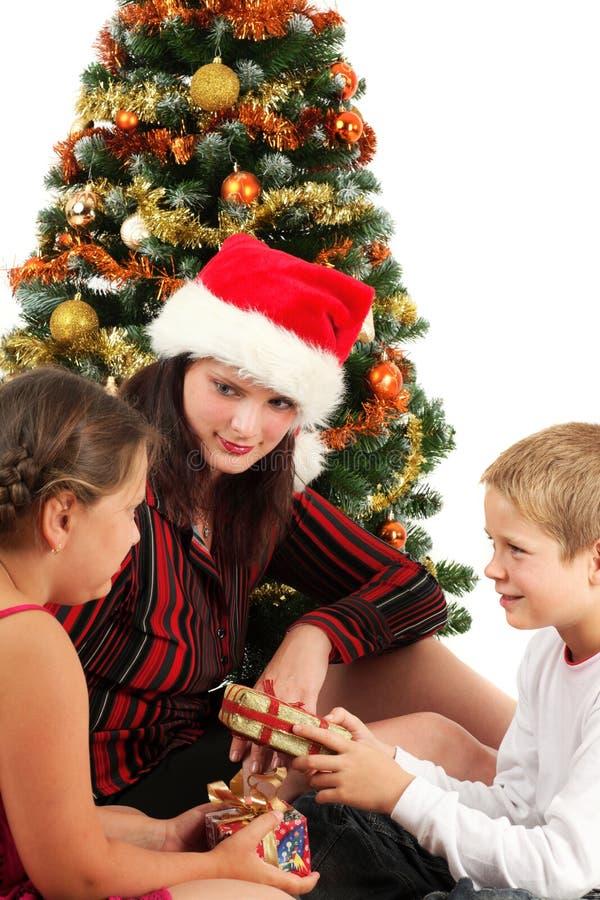 Famille de Noël avec des présents photo stock