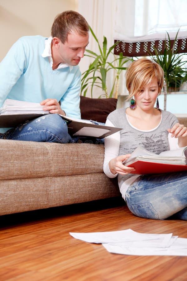 Famille de papier de finances de couples photographie stock
