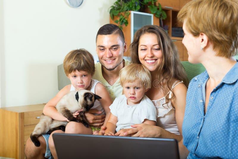Famille de quatre écoutant l'agent d'assurance photo stock