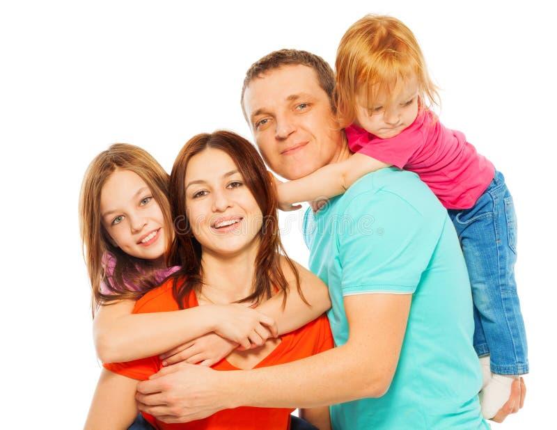 Famille de quatre étreignante de sourire heureuse photos libres de droits