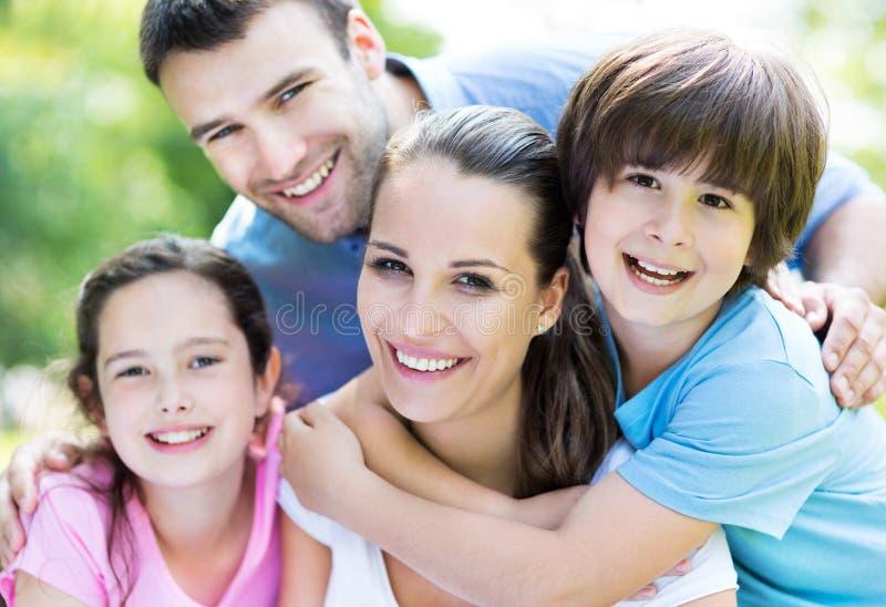 Famille de quatre en stationnement image stock