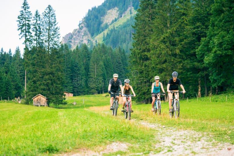 Famille de quatre faisant un cycle image stock
