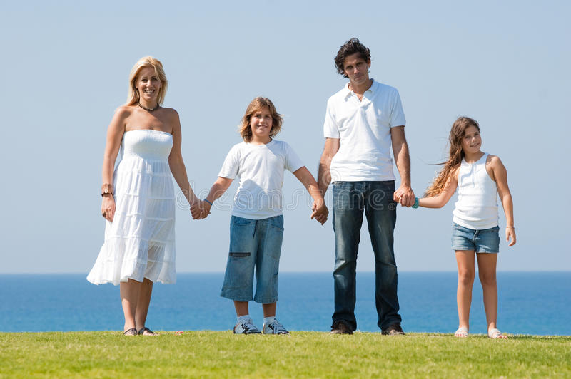 Famille de quatre mains se retenantes image stock
