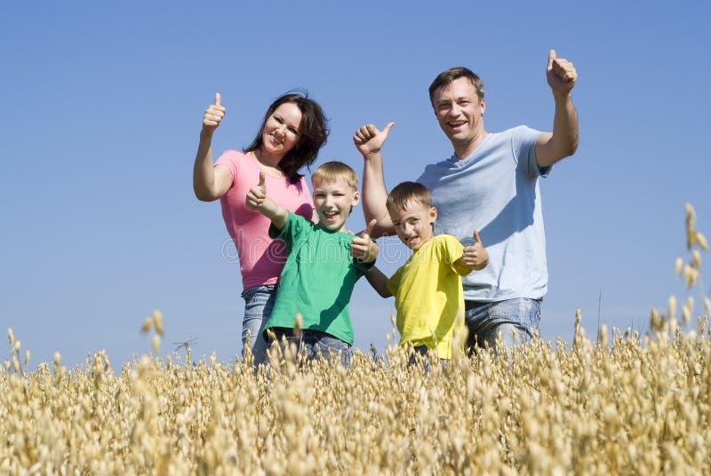 Famille de quatre sur la nature images stock