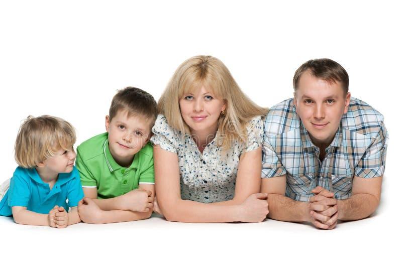 Famille de quatre sur le fond blanc photo libre de droits