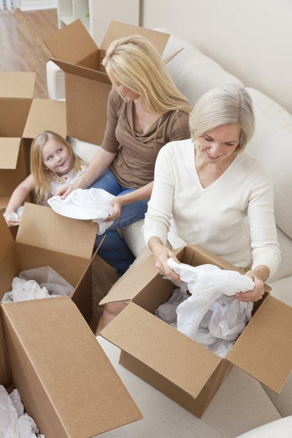 Famille de rétablissements éclatant des cadres déménageant la Chambre photos stock