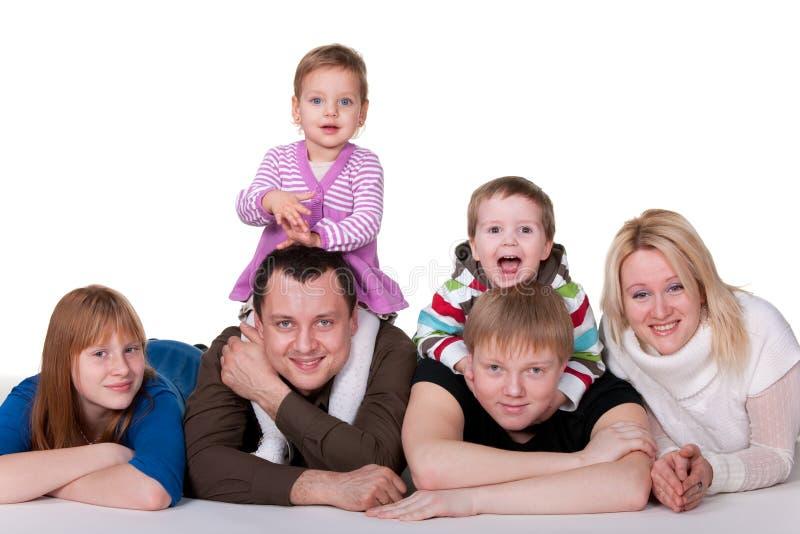 Famille de six de sourire images stock