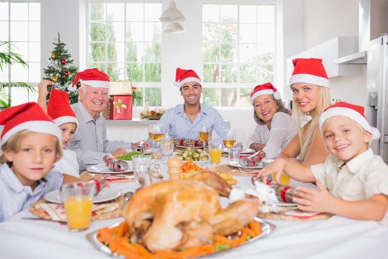 Famille de sourire autour de la table de dîner image libre de droits