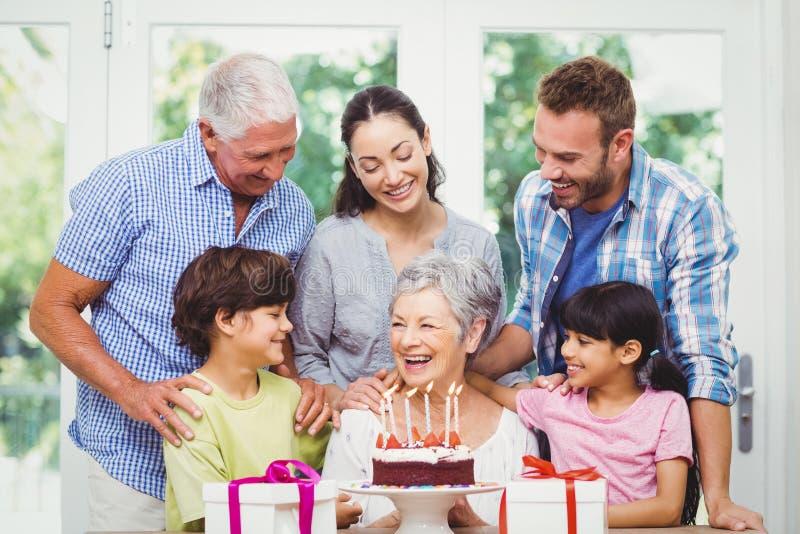 Famille de sourire avec des grands-parents pendant la fête d'anniversaire photos libres de droits