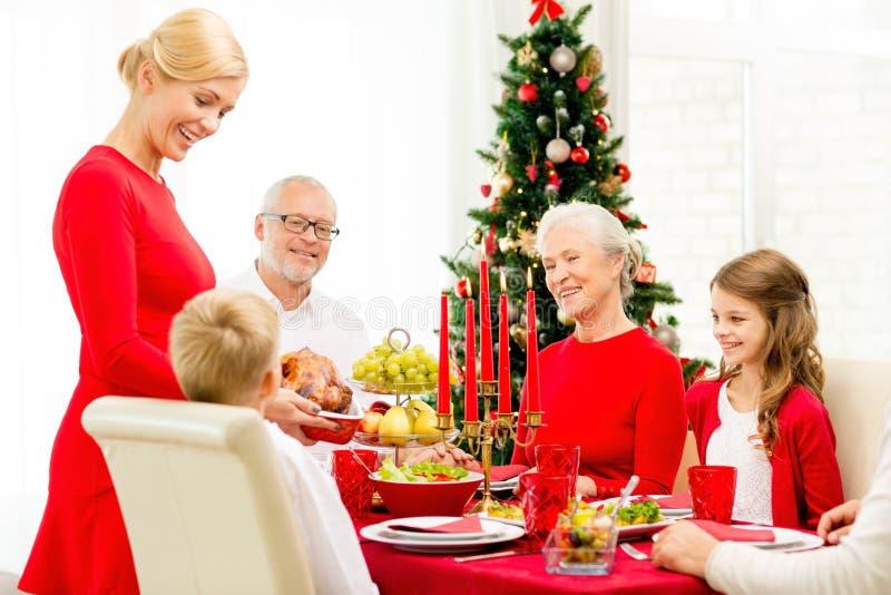 Famille de sourire dînant vacances à la maison images stock