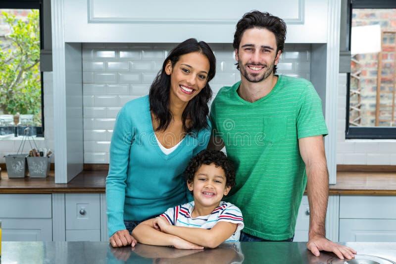 Famille de sourire dans la cuisine photographie stock libre de droits