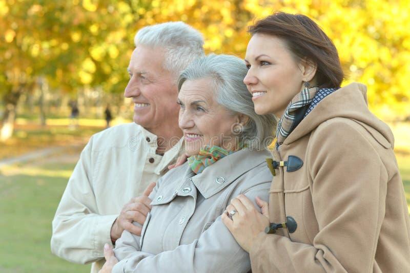 Download Famille de sourire en parc image stock. Image du pensionnés - 76081405