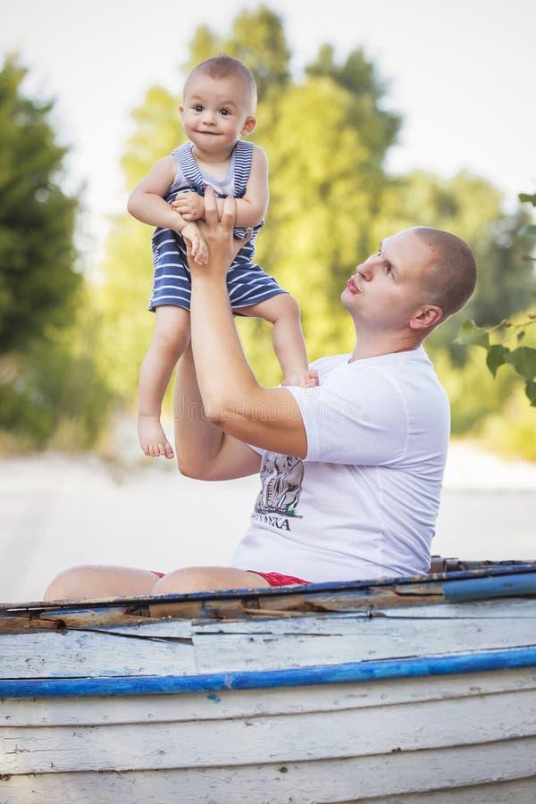 Famille de sourire heureuse de gros père audacieux et de petit nourrisson mignon photo libre de droits