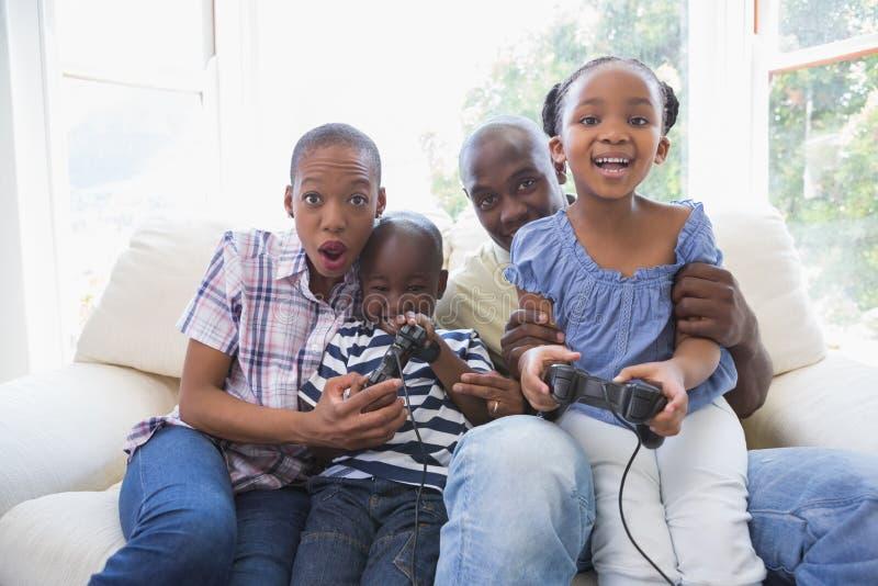 Download Famille De Sourire Heureuse Jouant Des Jeux Vidéo Ensemble Image stock - Image du appartement, gibiers: 56485183