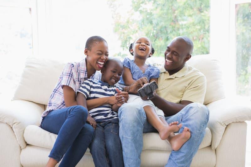 Download Famille De Sourire Heureuse Sur Le Divan Image stock - Image du femelle, domestique: 56484887