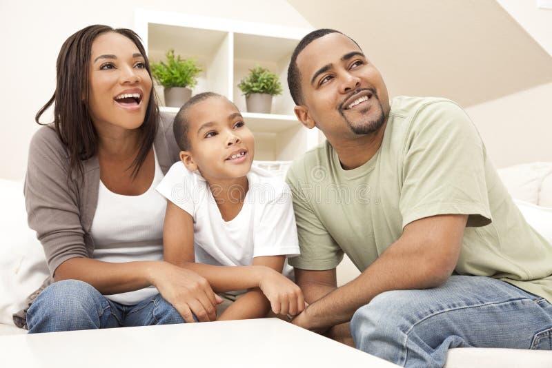 Famille de sourire heureux d'Afro-américain à la maison photos libres de droits