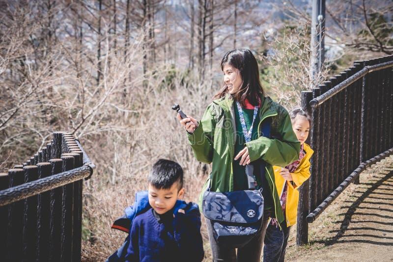 Famille de touristes marchant au tombeau de pagoda de Chureito pour regarder la montagne de Fuji photo libre de droits