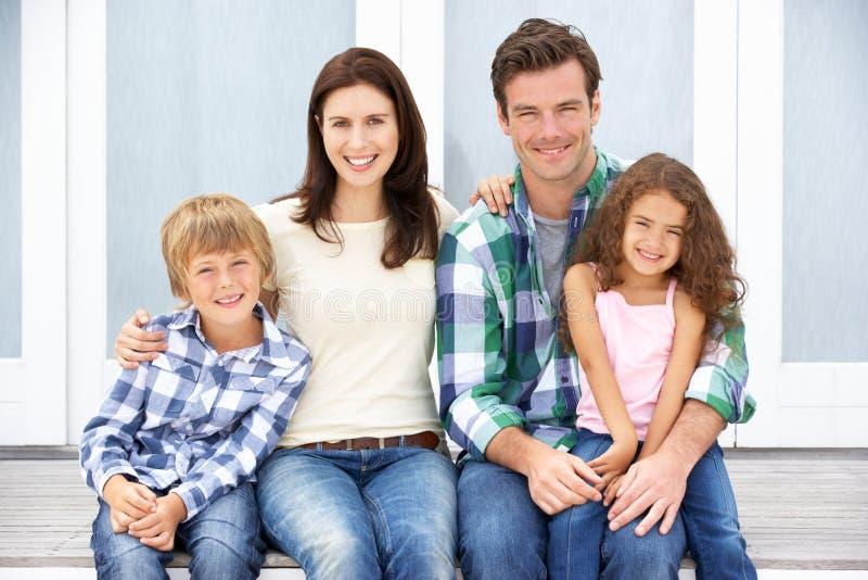 Famille de verticale à l'extérieur photos stock