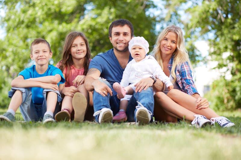Famille dehors photo libre de droits