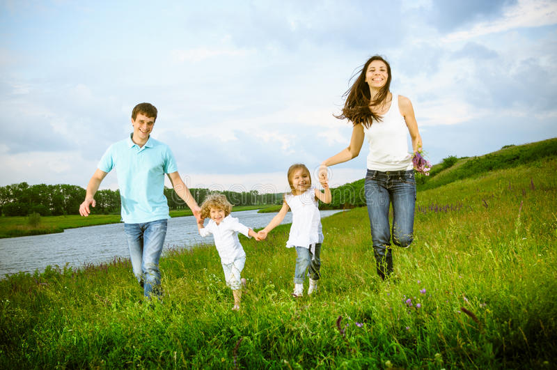Famille dehors images stock
