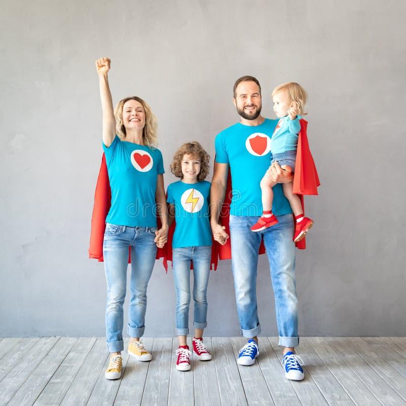 Famille des super héros jouant à la maison photo stock