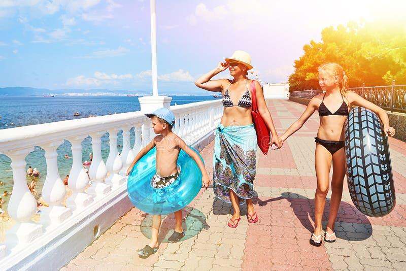 Famille des vacances à la promenade de mer le long de la promenade photos libres de droits