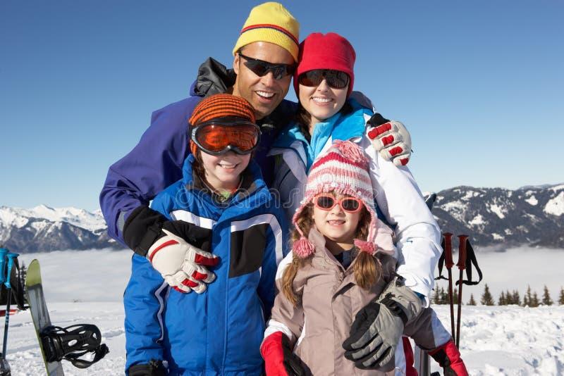 Famille des vacances de ski en montagnes photographie stock libre de droits