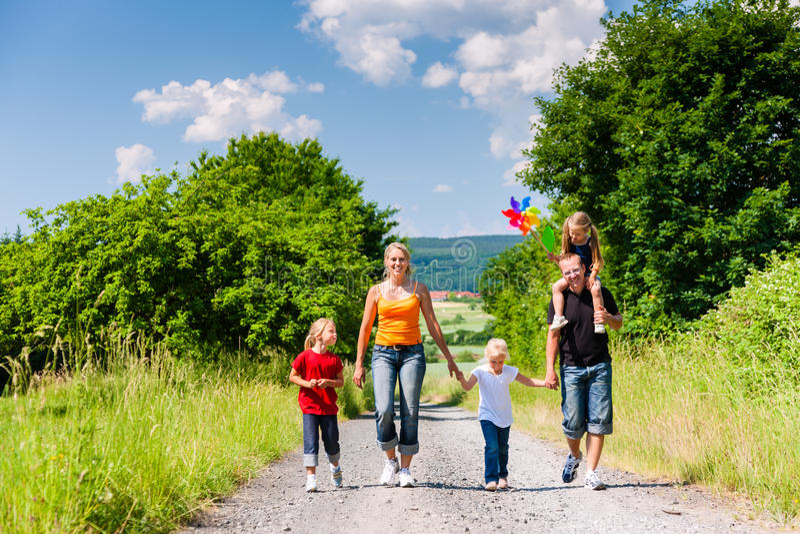 Famille descendant ce chemin d'été photos stock