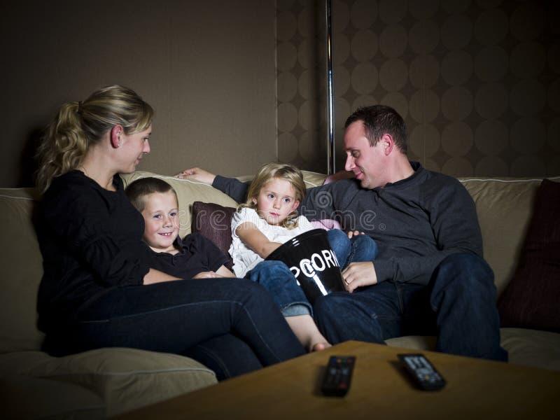 Famille devant la TV image stock